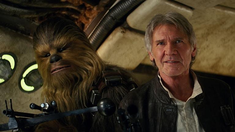 Chewbacca och Han Solo (Harrison Ford) i Star Wars: The Force Awakens. Foto: Disney.