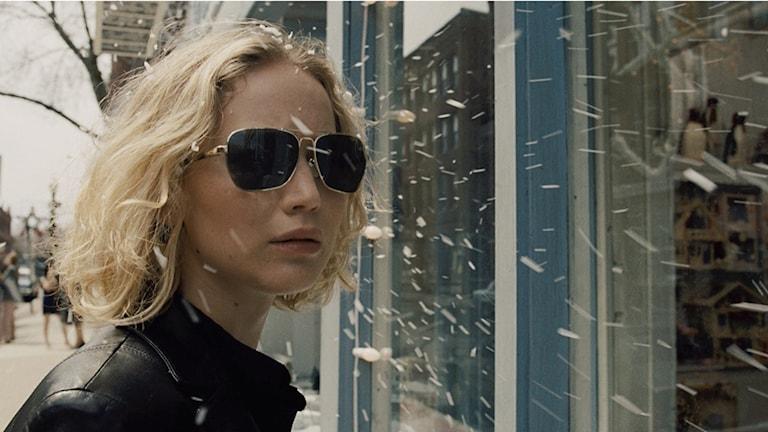 Jennifer Lawrence som självsäker affärskvinna i slutet av Joy. Foto: Fox.