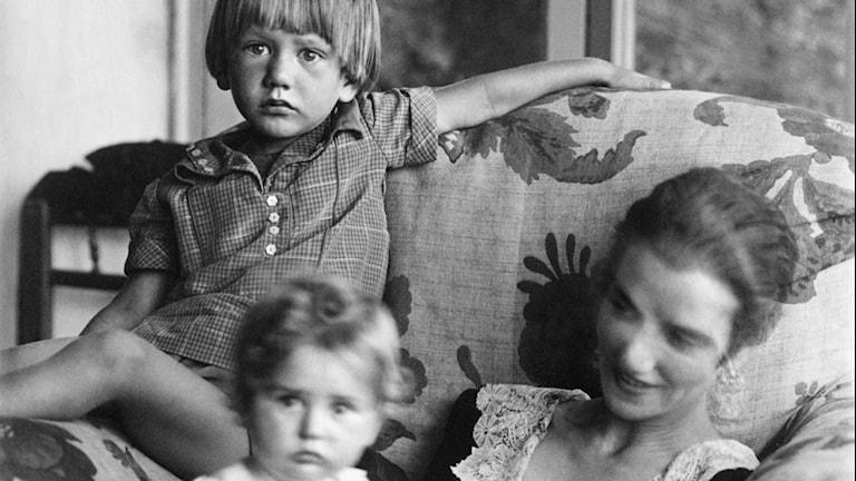 Peggy Guggenheim med barnen ur filmen om henne. Foto: Nonstop Entertainment.
