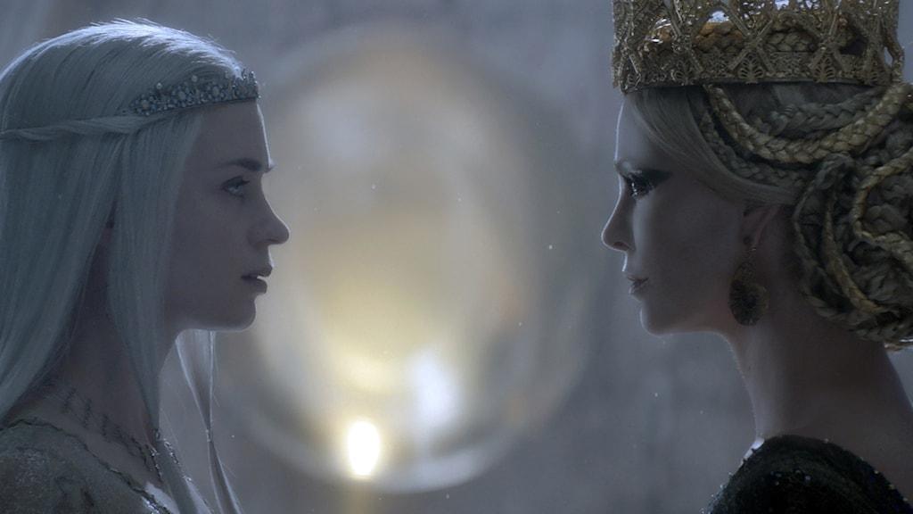 Emily Blunt och Charlize Theron i The Huntsman: Winter´s war. Foto: UIP.