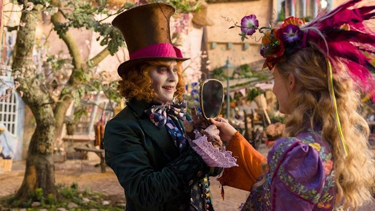 Johnny Depp och Mia Wasikowska i Alice i Spegellandet. Foto: Disney.