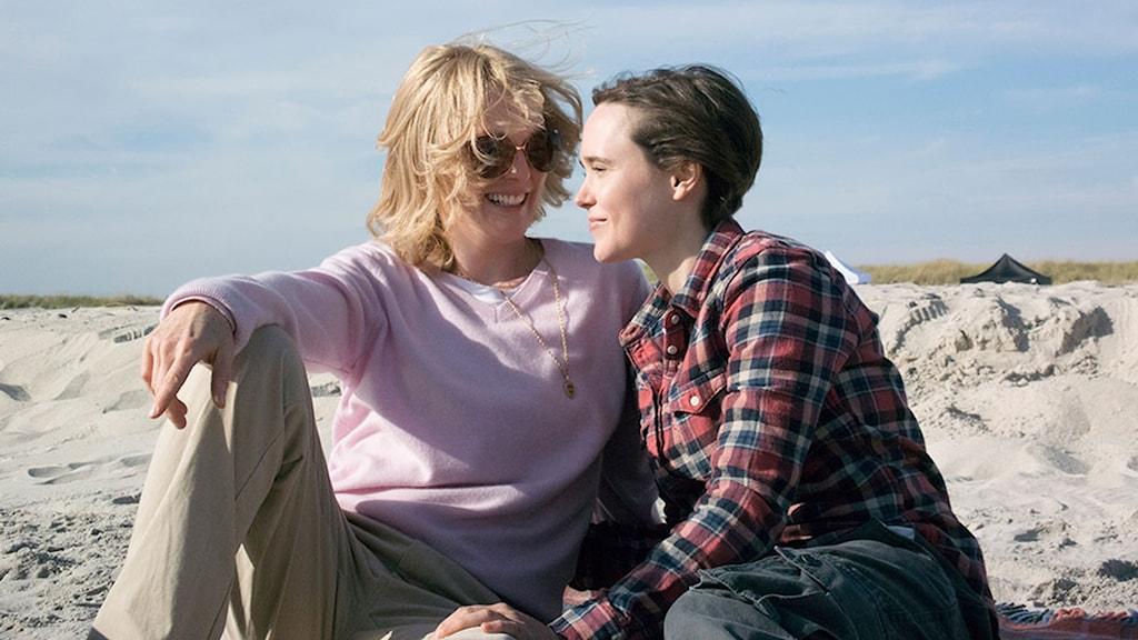 Julianne Moore och Ellen Page i Freeheld. Foto: Noble Entertainment.