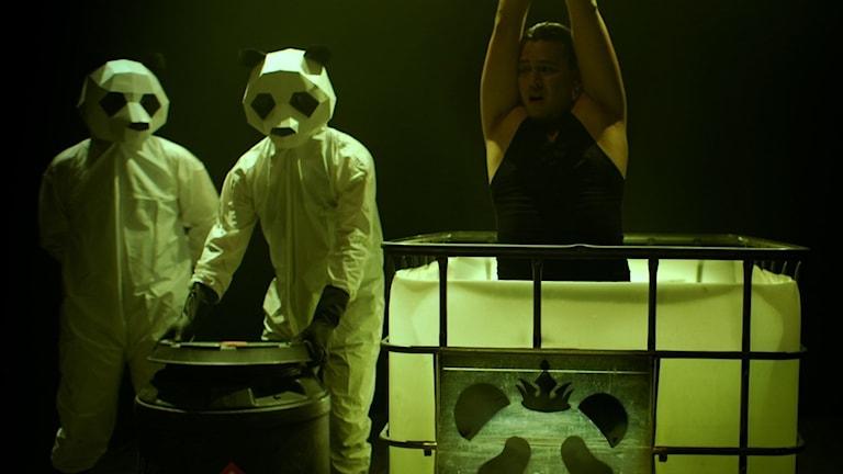 """En av deltagarna i realityshowen i """"Funhouse"""" dödas med syra."""
