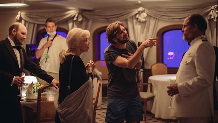 """Ruben Östlund instruerar Woody Harrelson i en scen i nya filmen """"Triangle of sadness""""."""