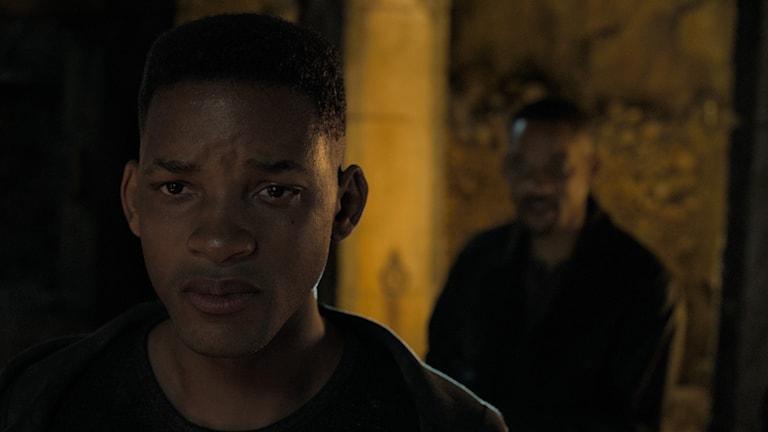 Will Smith i två roller, som ung klon och i bakgrunden som Henry Brogan, statens egen torped.