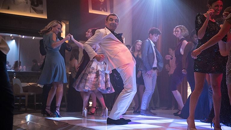 Rowan Atkinson dansar loss i Johnny English strikes again. Foto: UIP.