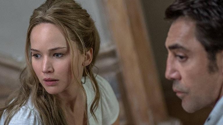 Jennifer Lawrence och Javier Bardem i Mother innan infernot brakar loss. Foto: UIP.