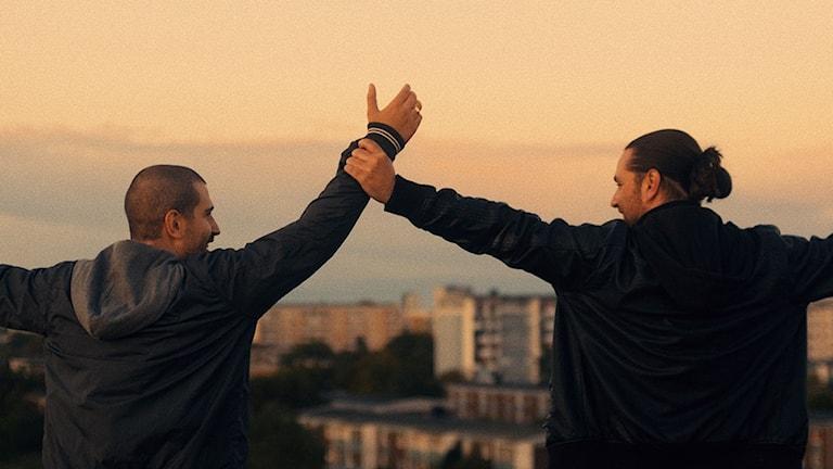 Mikael Cvetkovic och Daniel Cvetkovic i Den enda vägen. Foto:  The Bakery Entertainment.