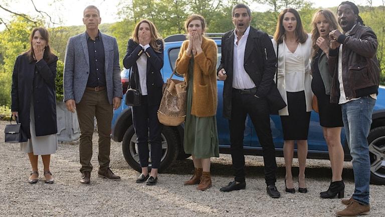 """Systrarna och tre av männen i franska filmen """"Bröllopskaos igen""""."""