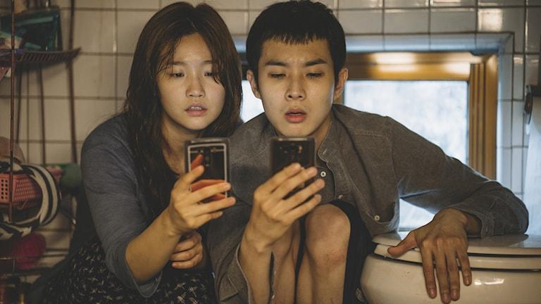 """Park So Dam och Park Seo Joon gör huvudroller i """"Parasit""""."""