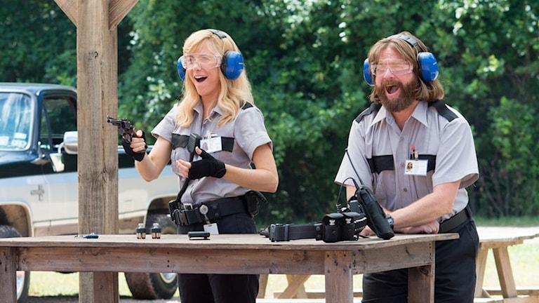 Kristen Wiig och Zach Galifianakis i Masterminds. Foto: Nordisk Film.