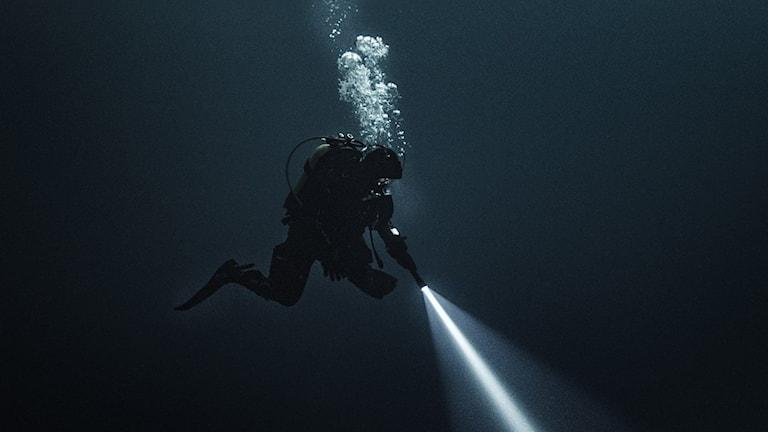Under ytan i Breaking surface.
