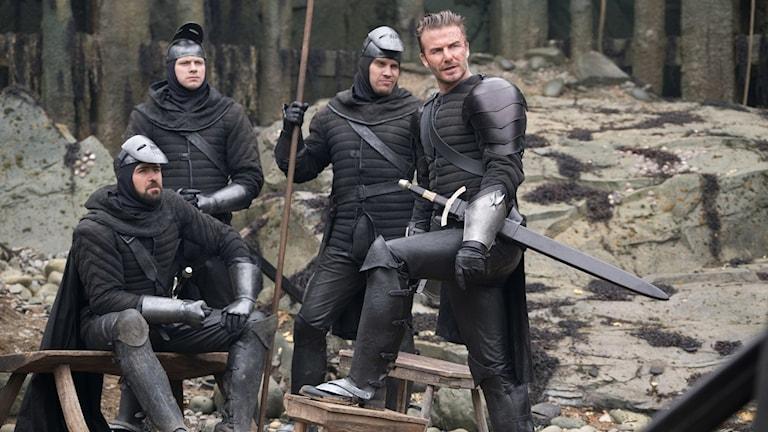 Kolla grabbar, där står ju Beckham! Från filmen King Arthur: The legend of the sword. Foto: Fox Movies.