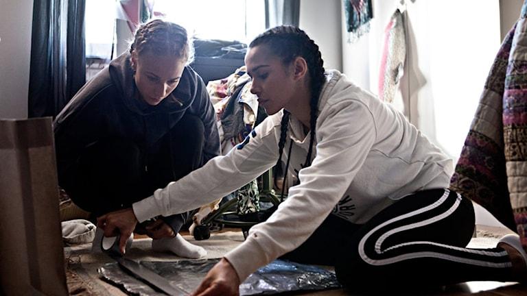 Amina och Sara fixar silvertejpsväskan i Para Knas. Foto: Folkets Bio.