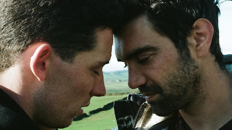 Josh O'Connor och Alec Secareanu i God´s own country. Foto: NonStop Entertainment.