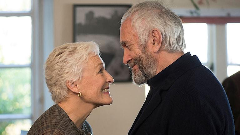Glenn Close och Jonathan Pryce i The Wife. Foto: SF.