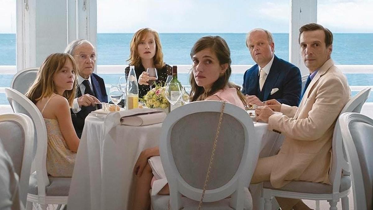 """Familjen, med bland andra Isabelle Huppert som dess överhuvud Anne, är samlad i """"Happy End."""""""