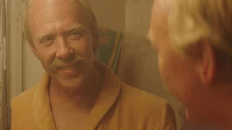 Mikael Persbrandt som Hasse P i Tårtgeneralen. Foto: SF.