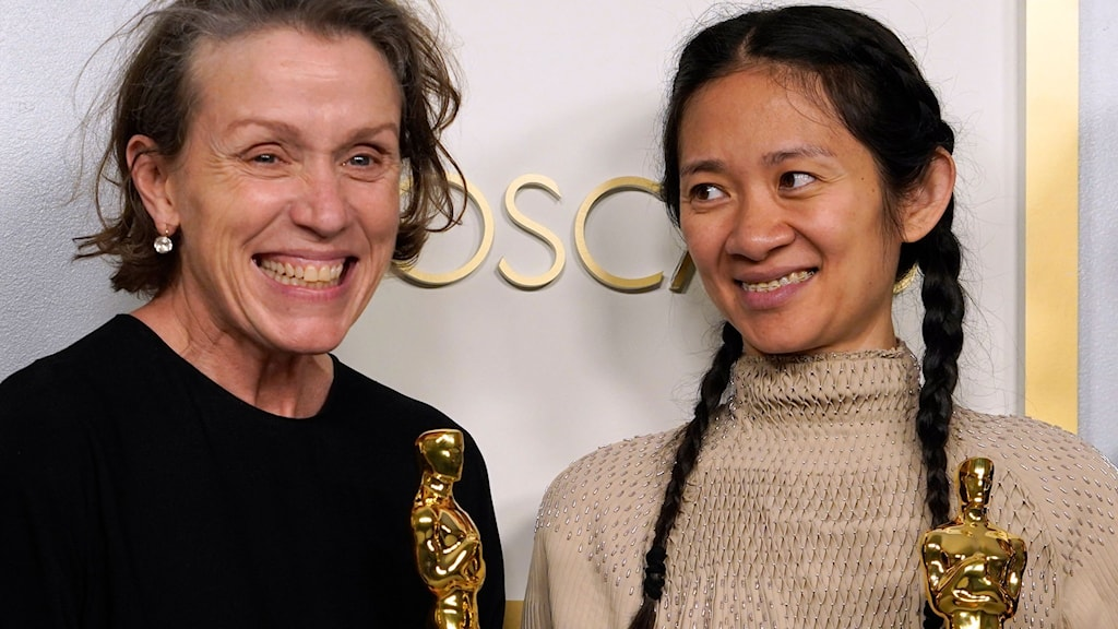 """Frances McDormand and Chloé Zhao, med Oscarsstatyetter de fått för """"Nomadland""""."""