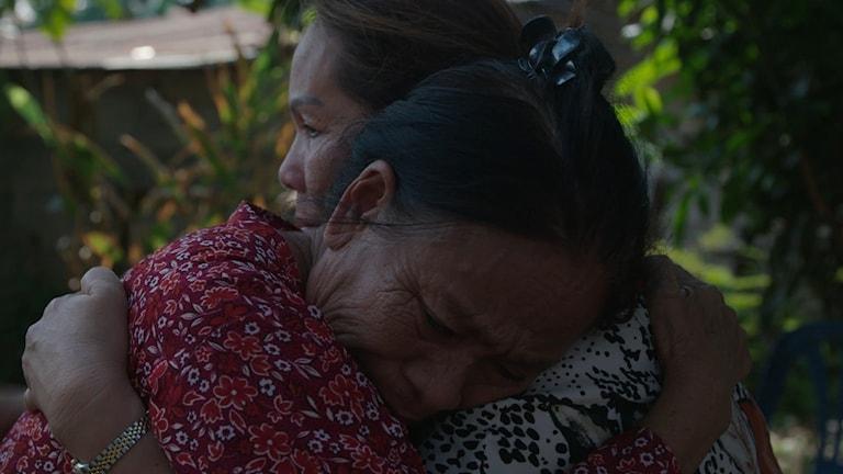 Sommai kramar om sin syster hemma i Thailand, i filmen Hjärtelandet.