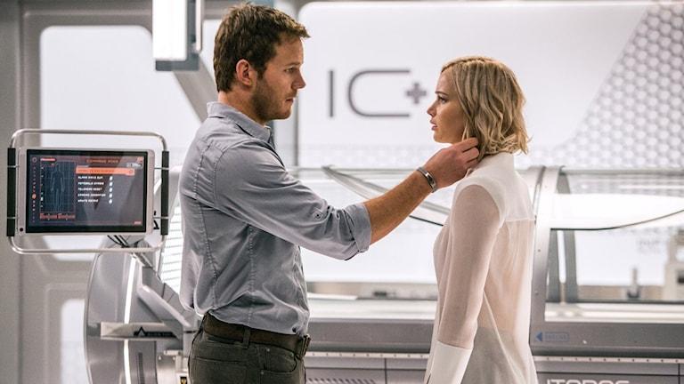 Chris Pratt och Jennifer Lawrence i Passengers. Foto: UIP.