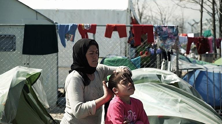 """Vi hänger på flyktingförläggningar i """"Idomeni""""."""