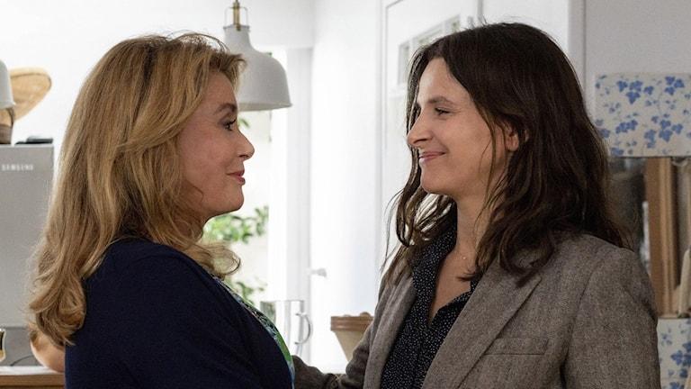 """Catherine Deneuve och Juliette Binoche som mor och dotter i """"Sanningen""""."""