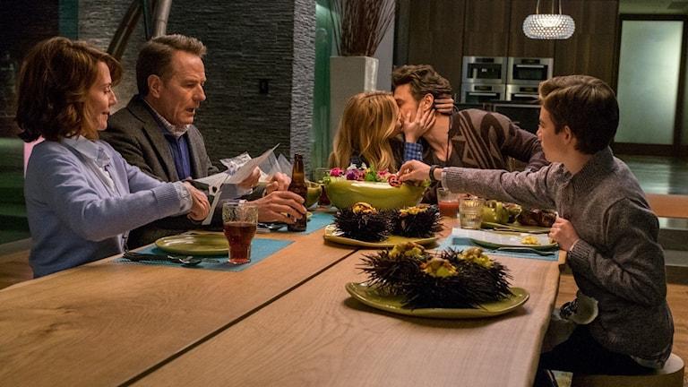 Familjen lider när den rike bohemen Laird (James Franco) kysser dottern Stephanie (Zoey Deutch) i Why him? Foto: Fox Movies.
