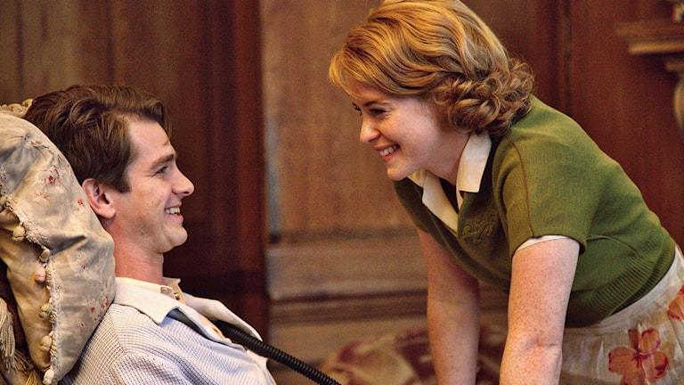 Andrew Garfield och Claire Foy i Breathe. Foto: SF.