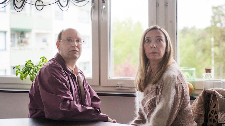 Henrik Dorsin (Ove) och Malin Cederblad (Anette) i Solsidan. Foto: SF Studios.