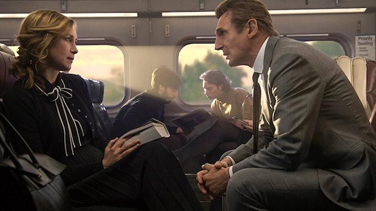 Vera Farmiga och Liam Neeson i The Commuter. Foto: SF.