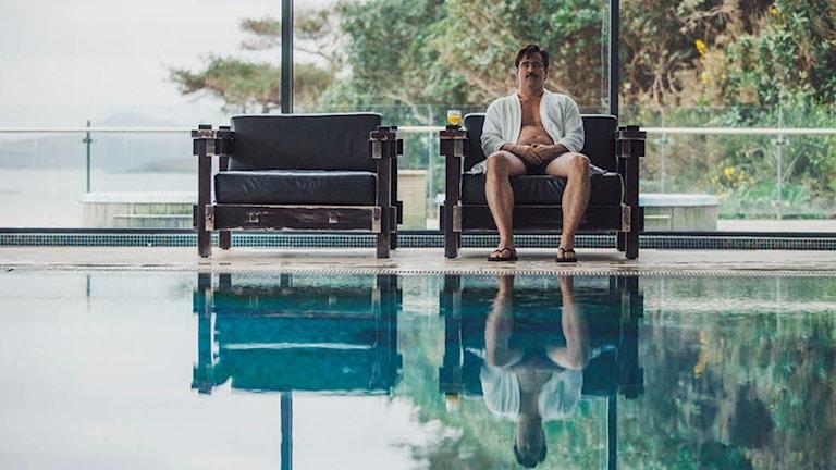 Colin Farrell på hotellet i The Lobster. Foto: Lucky Dogs.