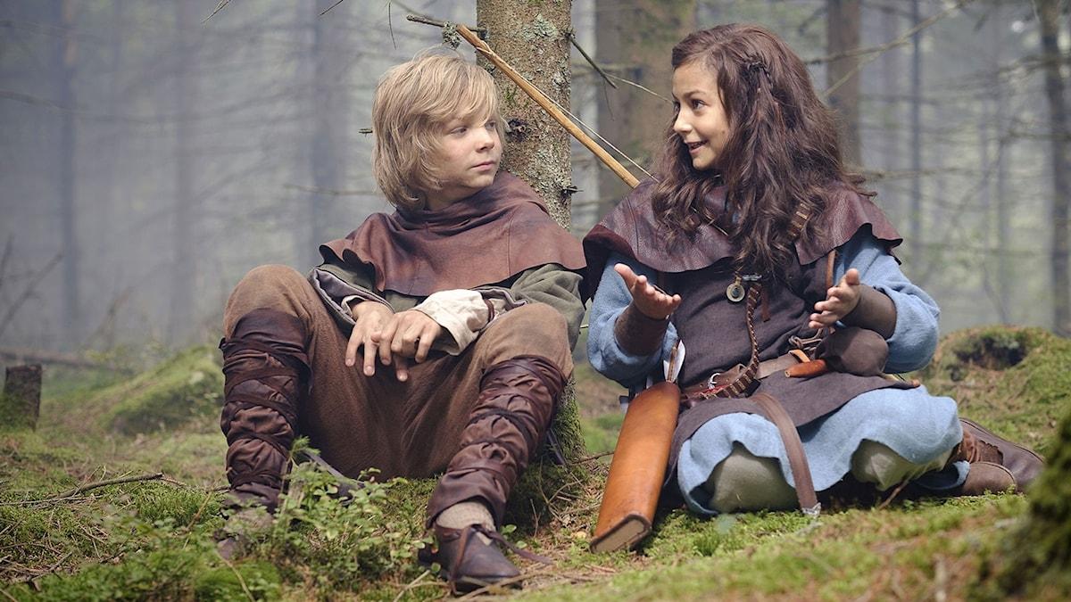 Vilgot Hedtjärn är Halvdan och Ellinea Siambalis spelar Meia i Halvdan Viking. Foto: SF.