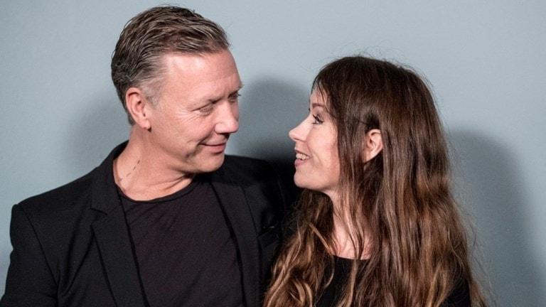 Mikael Persbrandt och Anna Odell synar varann i X & Y. Foto: TriArt.