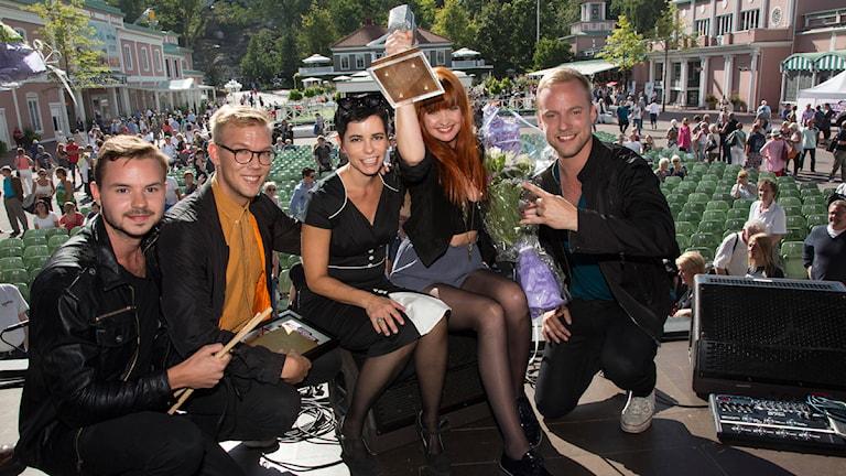 Carolina Norén omgiven av vinnarna i Svensktoppen Nästa 2013 Eko med sångaren  Anna Lidman. Foto: Martina Holmberg/Sveriges Radio