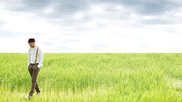 Stiko Per Larsson går i gräset.