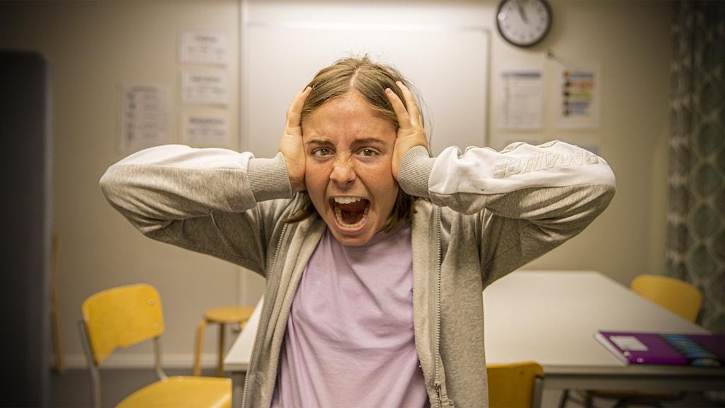 F som i sämst – Jonna är i ett klassrum och håller händerna för öronen.