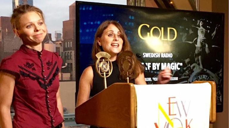Frida Derwinger och Doreen Kanter tar emot pris på New York Festivals för dramat Som trolleri.