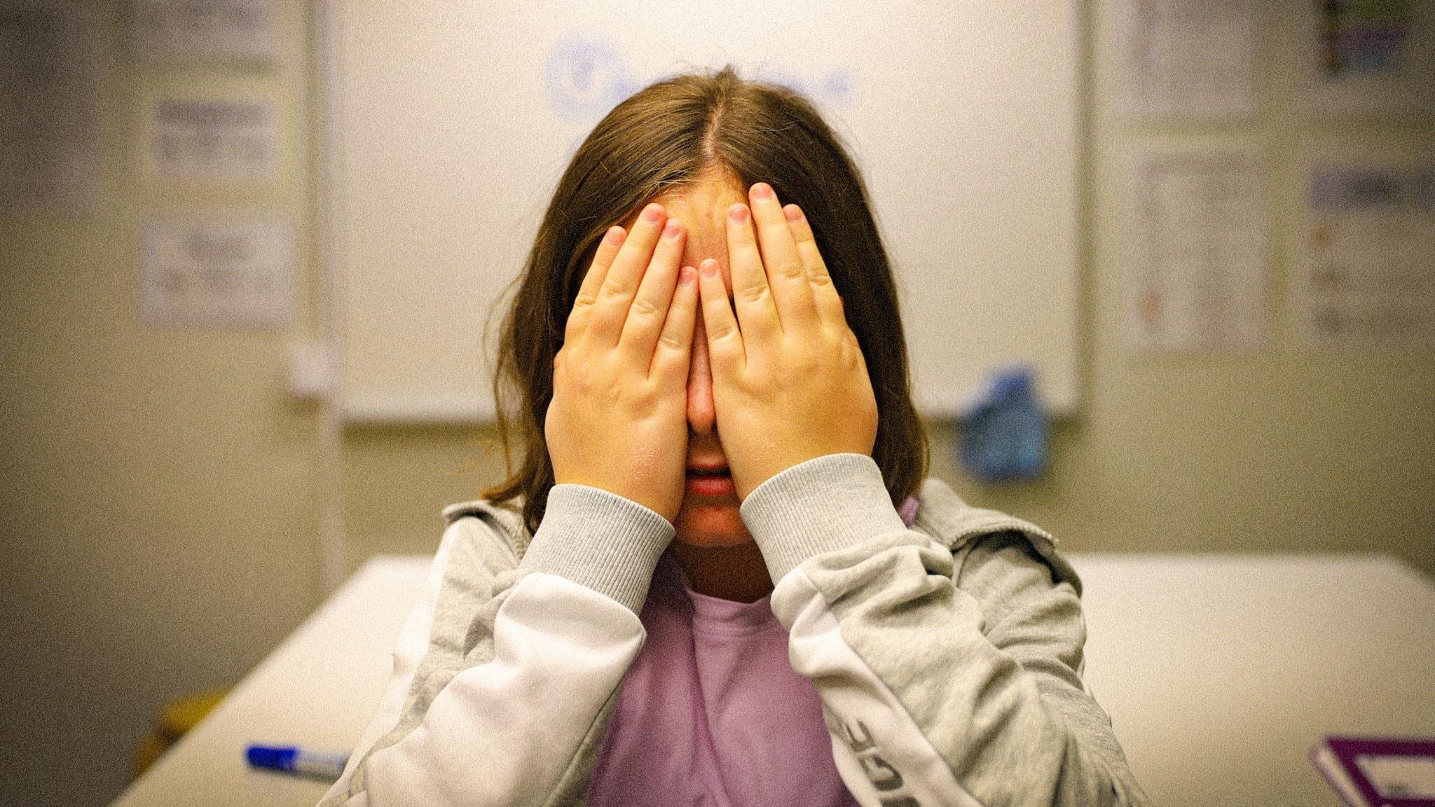 F som i sämst – Jonna är i ett klassrum och håller händerna för ansiktet.