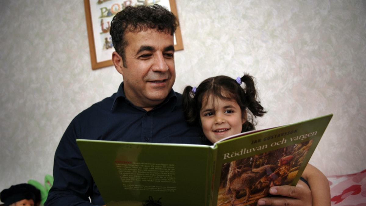 En pappa läser Rödluvan och vargen för sin dotter. Foto: Lars Pehrson/Scanpix