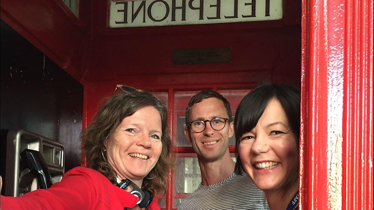Lena Nordlund, Björn Gunér och Vyki Sparks från Museum of London, i en gammal telefonkiosk som är k-märkt. Foto: Sveriges Radio
