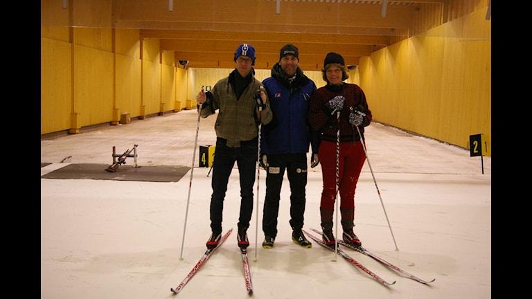 Björn Gunér och Lena Nordlund flankerar läraren och OS-medaljören Mikael Löfgren. Foto: Sveriges Radio