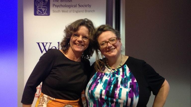 Lena Nordlund och Sophie Scott på skrattföreläsning. Foto: Sveriges Radio