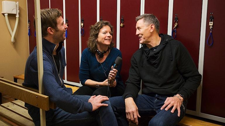 Björn Gunér och Lena Nordlund pratar ärr med Börje Salming i ett svettigt omkädningsrum i Radiohuset. Foto: Mattias Ahlm/Sveriges Radio