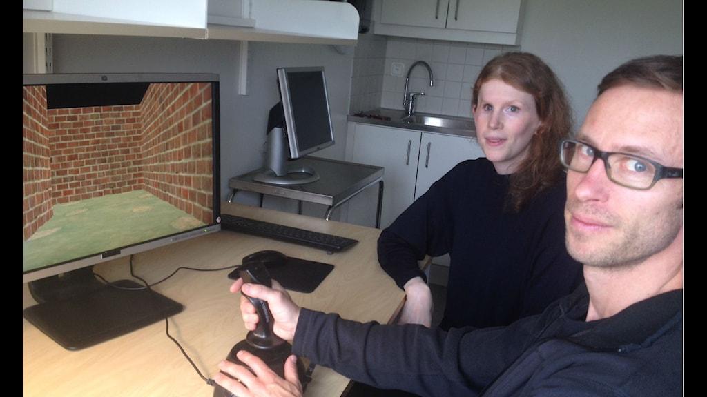 Björn är vilse i minneslabbets virtuella labyrint. Kristin Nordin är forskaren som bland annat använders sig av den för att studera minne. Foto: Lena Nordlund/Sveriges Radio