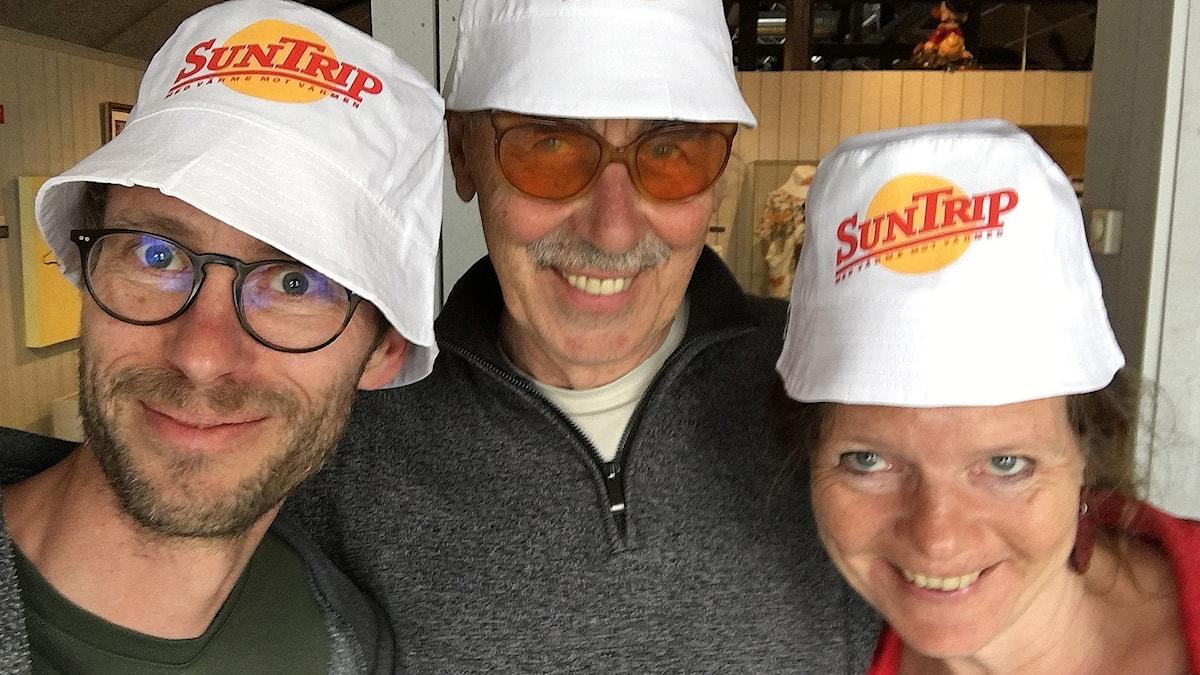 Björn, Lasse Åberg och Lena i SunTrip-solhattar