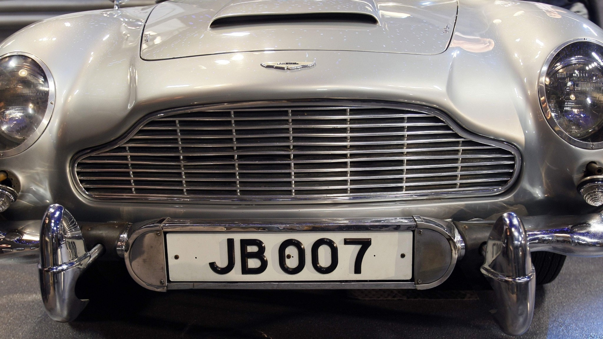 Bild på Bondbilen med registreringsskylt: JB007