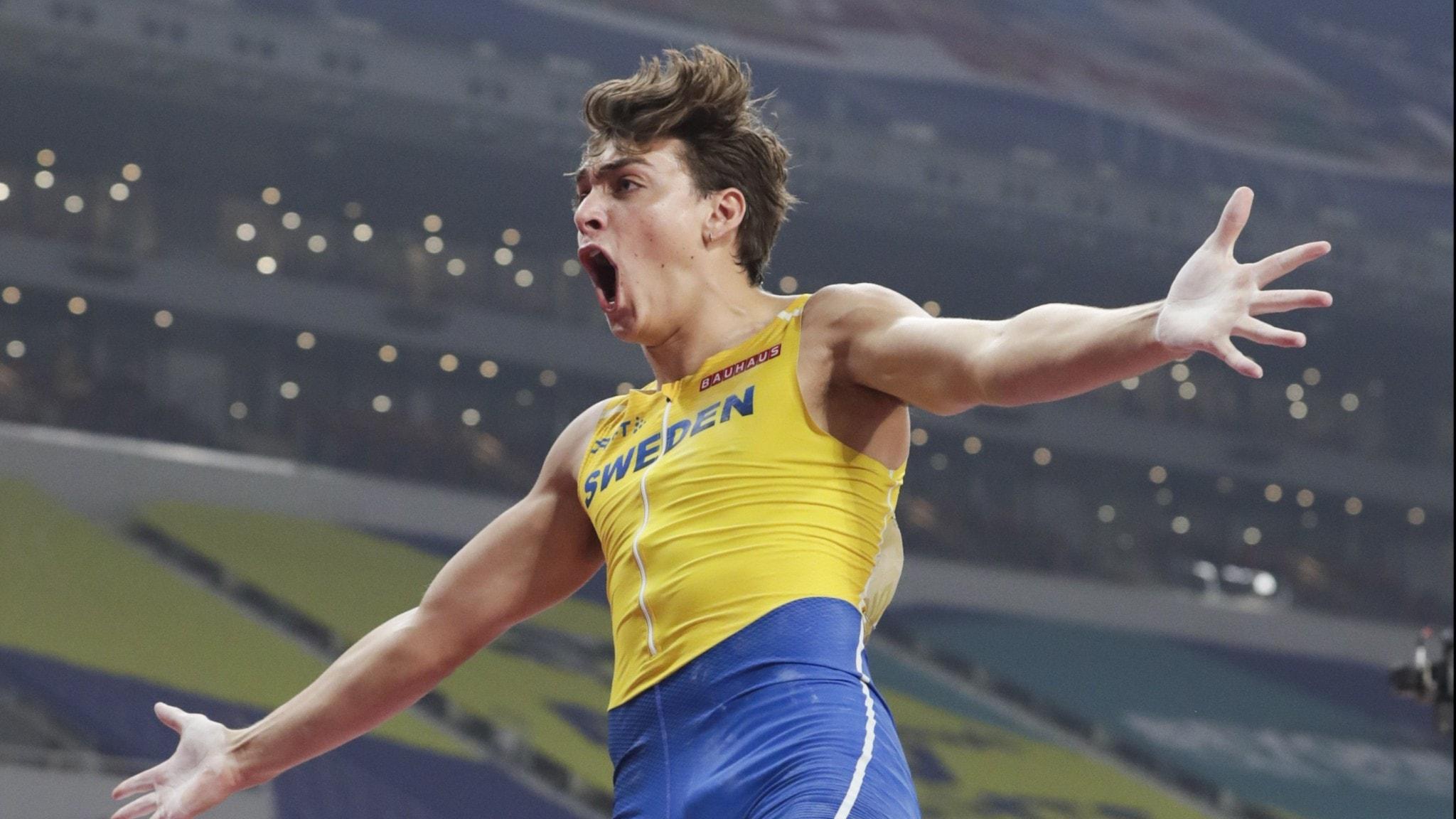 höjdhopparen Armand Duplantis jublar efter att ha klarat silverhöjd i VM.
