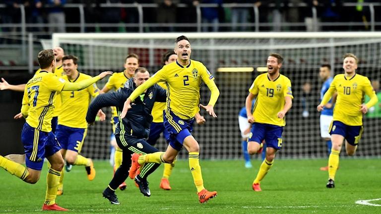 Sveriges Mikael Lustig (mitten) med flera jublar efter slutsignalen i VM-kval, playoff, andra matchen, mellan Italien och Sverige på San Siro i Milano. Matchen slutade 0-0 och Sverige går vidare till VM.