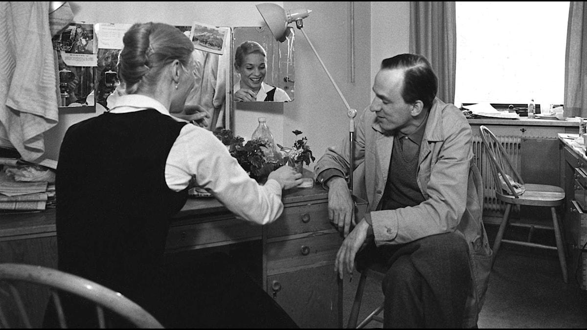 Ingmar Bergman med Ingrid Thulin, en av skådespelarna i Nattvardsgästerna Foto: SVTbild